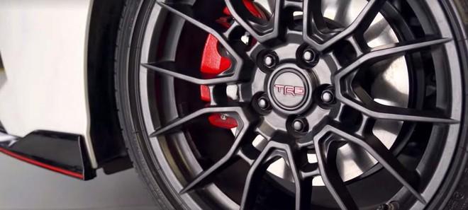 Bộ vành TRD màu đen với cùm phanh đỏ của Toyota Camry TRD 2019