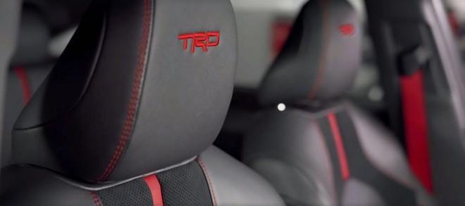 Ghế bọc da với logo TRD màu đỏ của Toyota Avalon TRD 2019