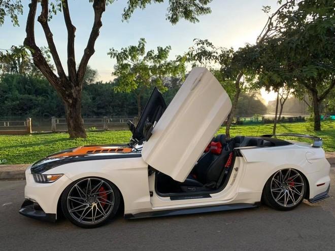 Việc độ cửa cắt kéo của Lamborghini giúp ngoại hình chiếc Ford Mustang mui trần trở nên hầm hố