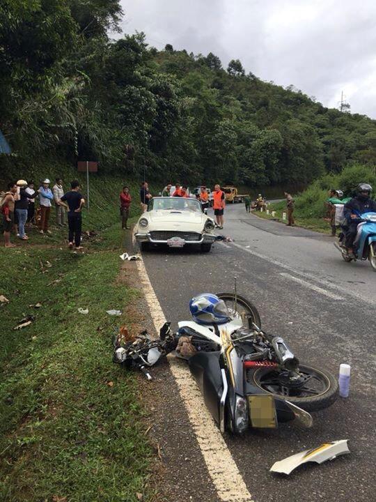 Chiếc xe máy bị vỡ nát đầu xe