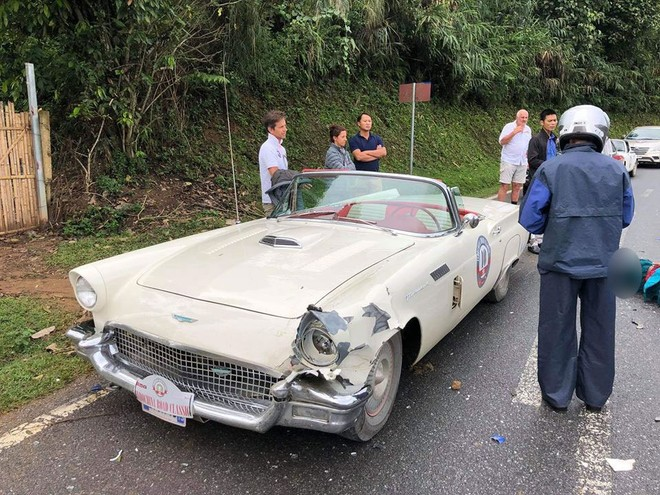 Chiếc Ford Thunderbird Convertible cổ bị vỡ đèn pha