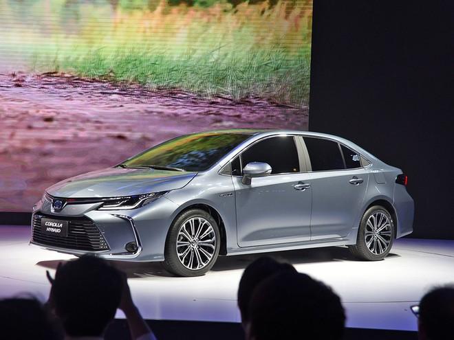 Bộ vành 5 chấu kép phối 2 màu thể thao của Toyota Corolla Altis 2019