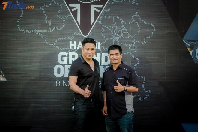 Nam diễn viên Minh Tiệp có mặt tại sự kiện, chụp ảnh với ông Hải -giám đốc Harley-Davision Hà Nội