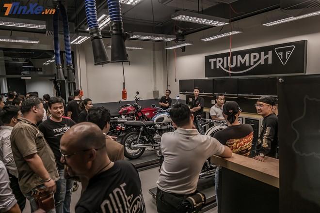 Ngay sau khi mở cửa, các biker đã vào phía trong thăm quan các khu vực chính của showroom với phòng dịch vụ, khu vực trưng bày và shop bán phụ kiện