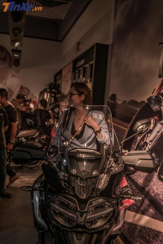 Triumph Tiger 1200 nổi bật bên trong showroom