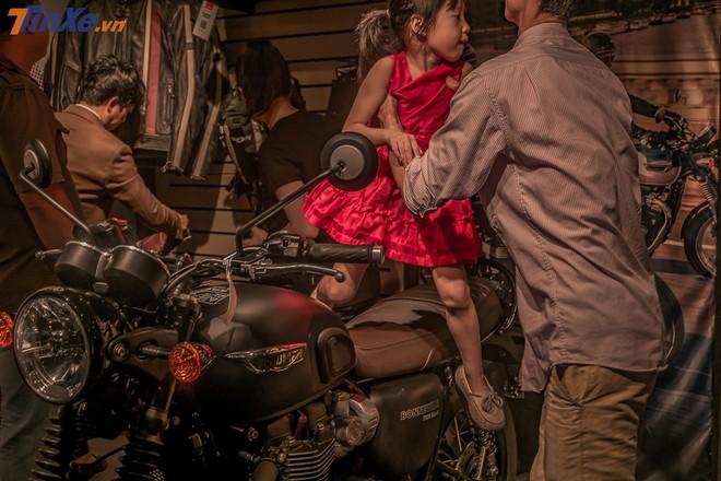 Những em bé cũng được bố mẹ cho ngồi thử trên những chiếc xe Triumph điệu đà