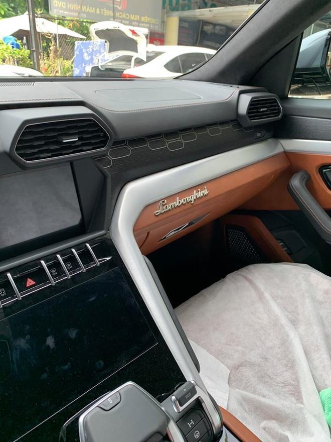 Lamborghini Urus được trang bị 2 màn hình giải trí và kết nối hệ thống thông tin giải trí Lamborghini LIS