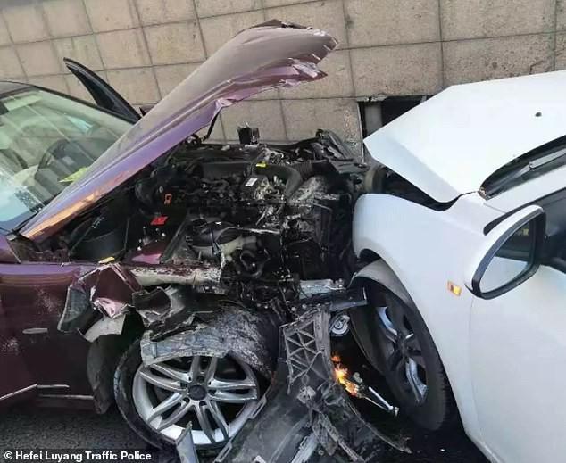 Chiếc Mercedes-Benz bị vỡ nát đầu xe sau tai nạn