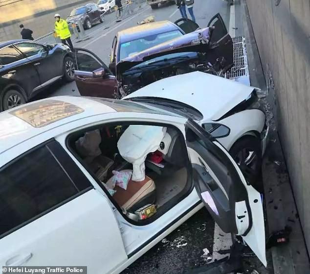 Chiếc ô tô màu trắng nằm cạnh chiếc Mercedes-Benz cũng hỏng nặng không kém