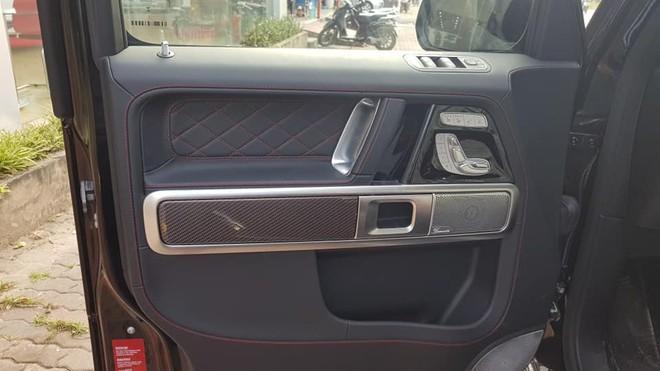 Ngoài ra, một số chi tiết bên trong khoang lái còn được hoàn thành với sợi carbon đỏ