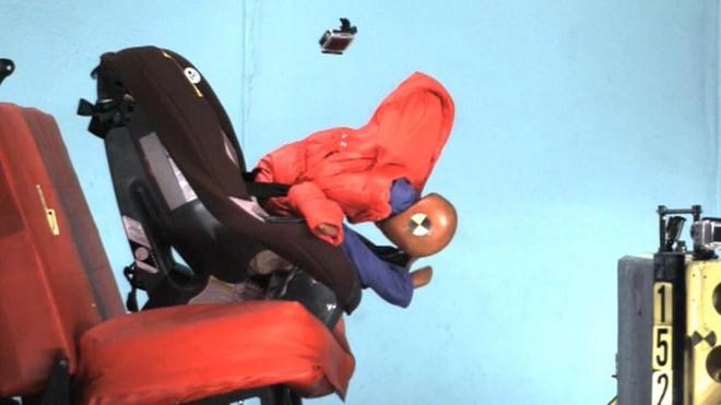 Sự phồng lên của áo khoác mùa đông tạo ra một khoảng cách giữa thân thể trẻ nhỏ và dây đai an toàn, nên đứa bé có thể bị trượt ra ngoài trong trường hợp tai nạn.