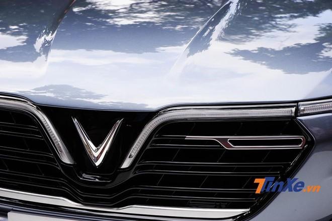 Góc phải của lưới tải nhiệt là nẹp crôm bóng nằm ngang, kết hợp với dải đèn LED định vị tạo nên chữ F cách điệu, đại diện cho âm tiết thứ hai của VinFast