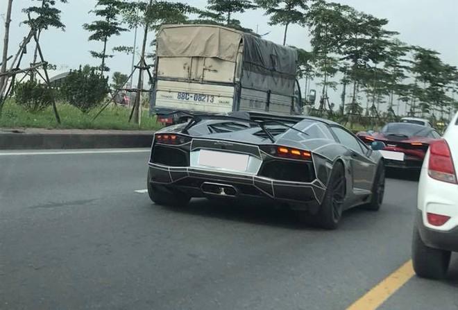 Lamborghini Aventador LP700-4 Roadster màu đỏ nhưng đã được chủ dán lại màu crôm đen