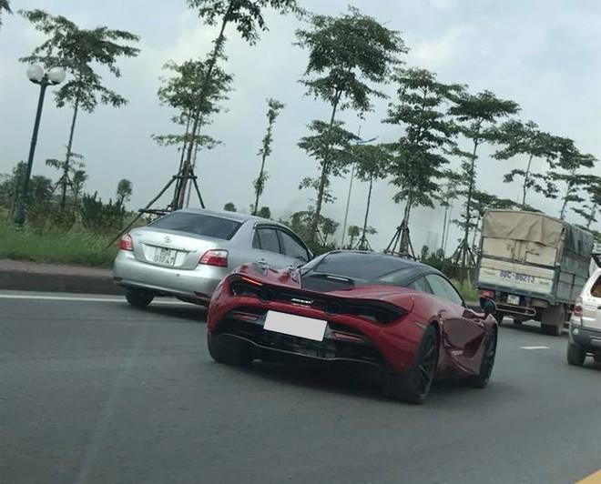 Siêu phẩm McLaren 720S màu đỏ Memphis độc nhất Việt Nam cũng góp mặt trong đoàn xe này