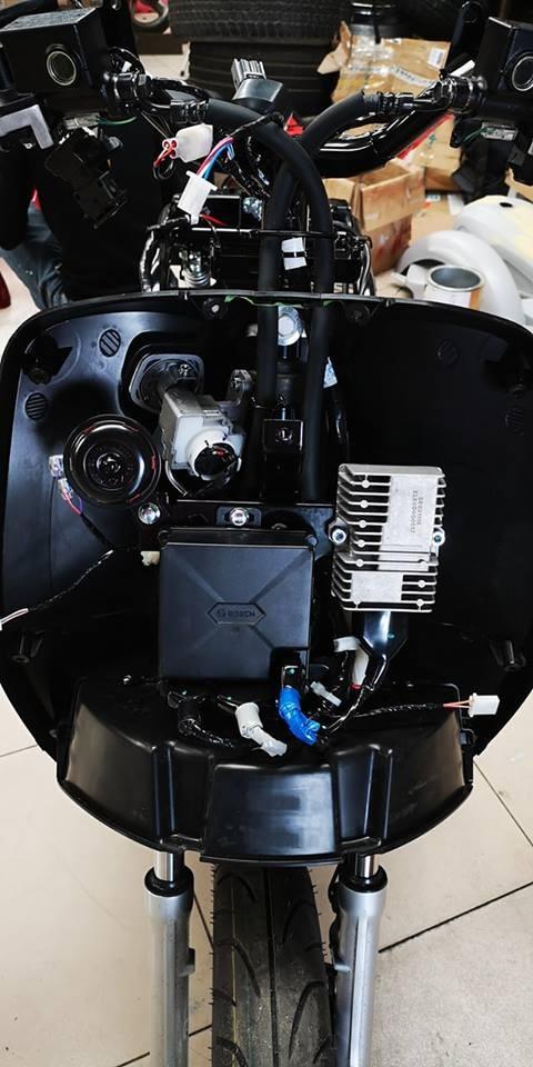 Bộ điều khiển, còi và một số linh kiện điện được bố trí ở dưới mặt nạ, giảm thiểu khả năng gây chập cháy do ngập nước