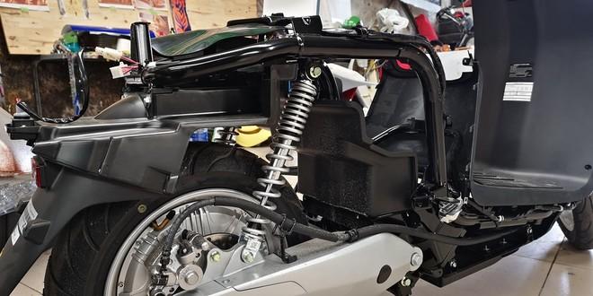 Do không có nhiều trang bị phức tạp như xe động cơ đốt trong nên bên trong VinFast Klara hầu như không có gì. Nhờ đó mà xe có trọng lượng nhẹ, chỉ 95kg