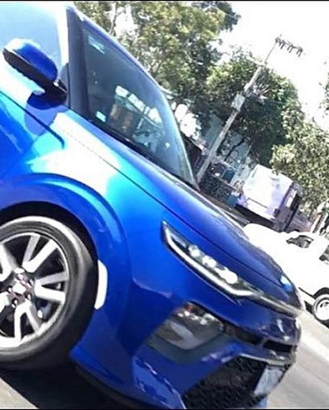 Hình ảnh chụp đầu xe của Kia Soul 2020 chạy trên đường thử