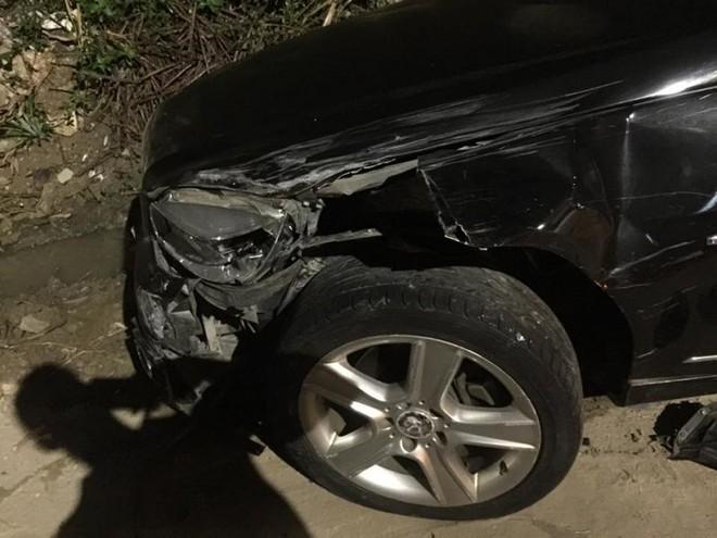 Chiếc Mercedes-Benz C200 bị gãy trục trước