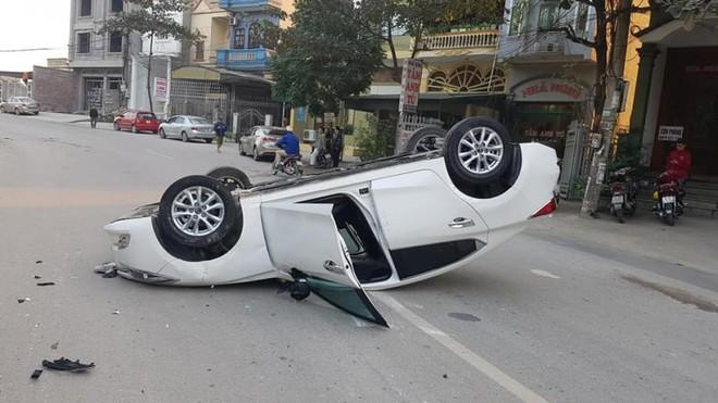 Chiếc Mazda3 nằm lật ngửa giữa đường