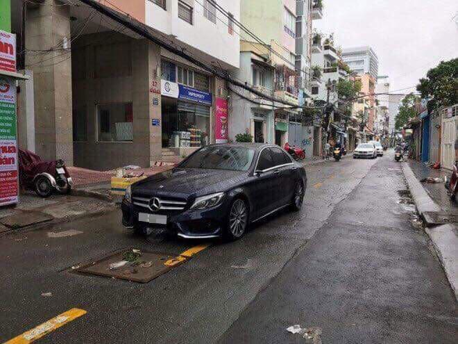 Chiếc Mercedes-Benz C-Class bị vặt gương