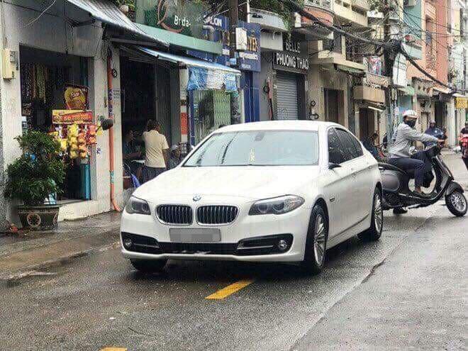 Chiếc BMW 5-Series bị vặt gương