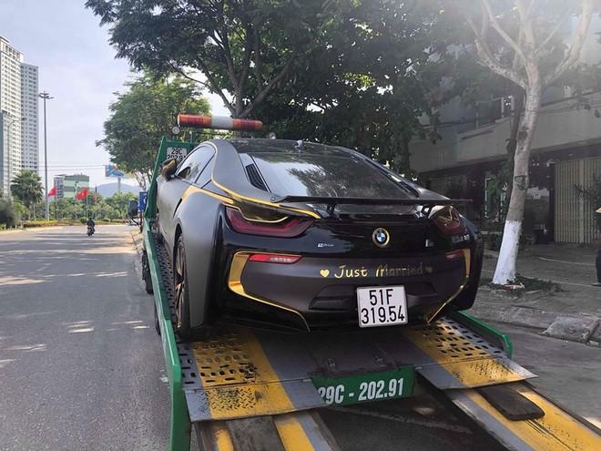 BMW i8 màu đen nhám cùng vàng crôm và độ lại cánh gió đuôi