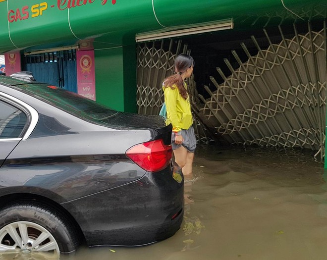 Mực nước lũ ngập hơn nửa bánh xe nên không có cơ hội nào cho chiếc BMW 3-Series này có thể lăn bánh tiếp