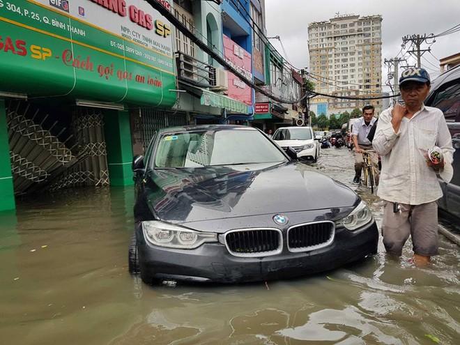 Chiếc xe sang tầm trung BMW 3-Series lạc vào đường D1, quận Bình Thạnh và chủ nhân phải trả giá đắt