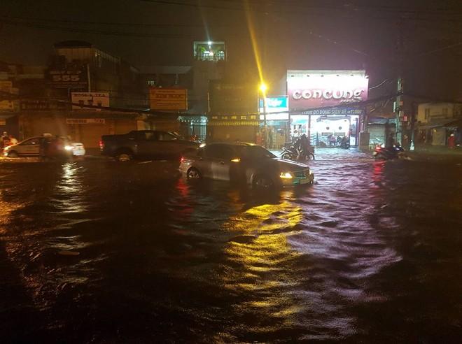 Một chiếc Mercedes-Benz nằm im giữa dòng nước lũ vây quanh