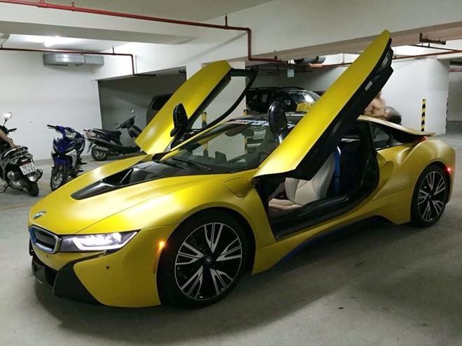 Chiếc BMW i8 này từng được Minh Nhựa đổi màu sang vàng xước