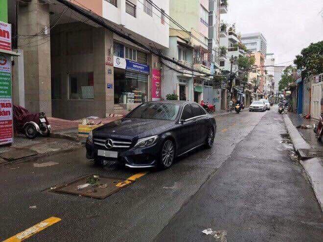 Mercedes-Benz C-Class bị chủ nhân tạm thời bỏ lại trên đường Hồ Hảo Hớn thuộc quận 1