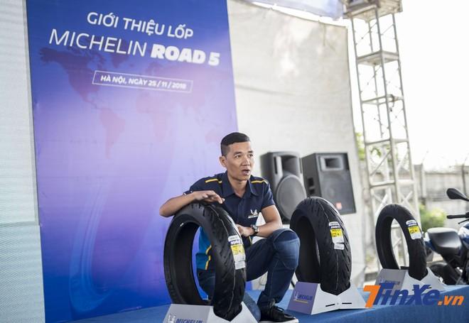 Ông Phạm Quang Đạt - rưởng ngành hàng lốp Michelin dành cho xe hai bánh tại Michelin Việt Nam - đang giới thiệu các tính năng mới trên lốp Michelin Road 5.