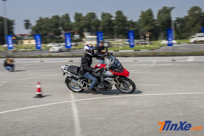 Các biker Việt thích thú trải nghiệm lốp Michelin Road 5 trên những mẫu xe BMW tại buổi ra mắt.