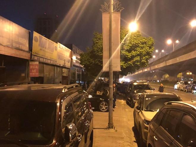 Lửa thiêu gara xe sang náo loạn trời đêm tại Hà Nội