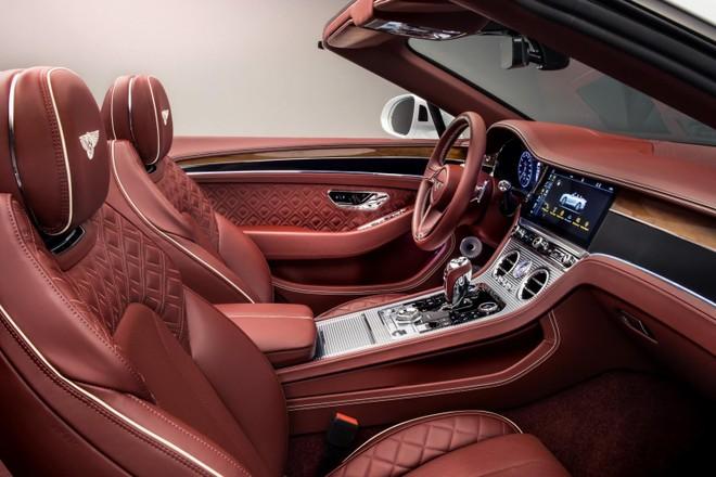 BBentley Continental GT Convertible 2020 có 3 núm xoay cắt hoa văn kim cương