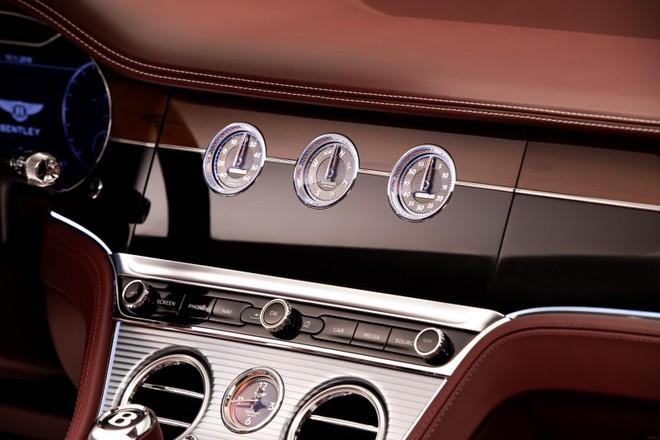 Một mặt có 3 đồng hồ cơ hình tròn của Bentley Continental GT Convertible 2020