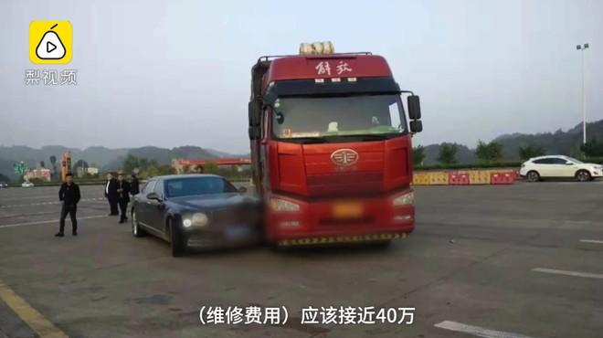 Hiện trường vụ tai nạn giữa chiếc ô tô tải và Bentley Mulsanne