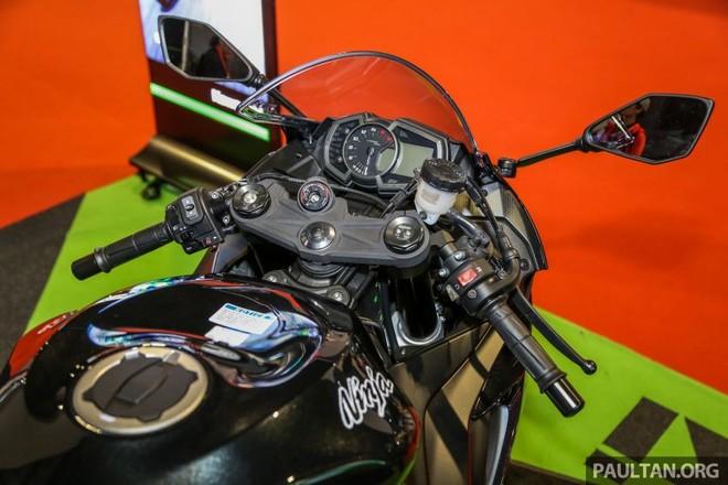 Tay lái clip-on của Kawasaki ZX-6R được bố trí thấp