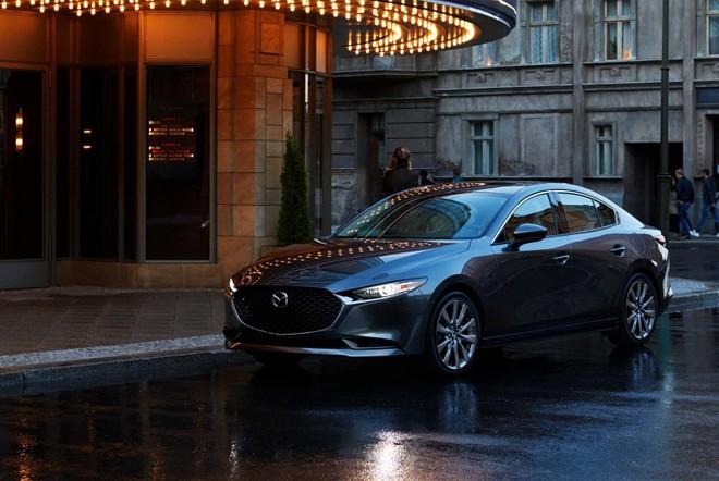 Mazda3 2019 được trang bị cụm đèn pha thanh mảnh, nối liền với lưới tản nhiệt