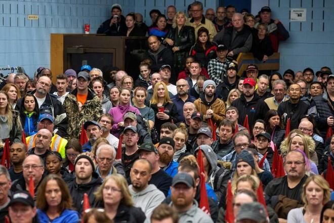 Công nhân GM tụ tập ở một cuộc họp tại nhà máy lắp rápOshawa, Ontario, Canada ngày 26 tháng 11 năm 2018