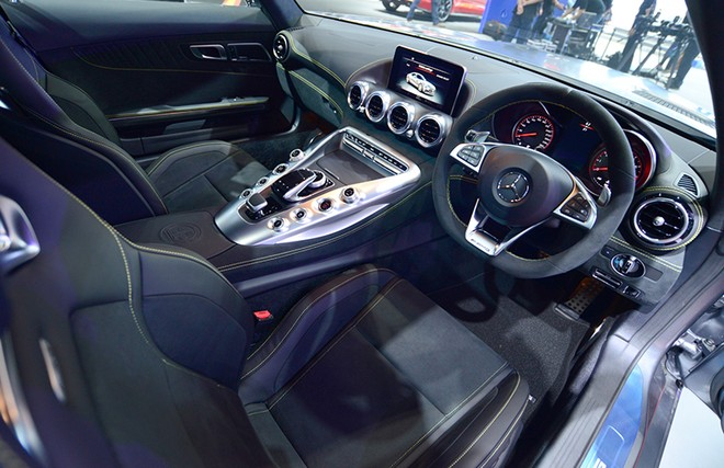 Gói phụ kiện Dynamic Plus Package là trang bị tiêu chuẩn trên Mercedes-AMG GT S 2018