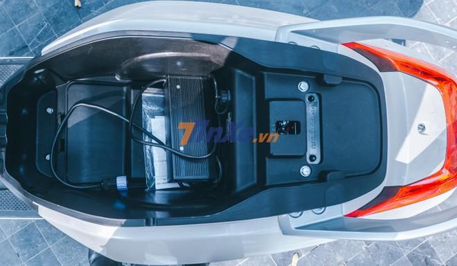 Vinfast Klara sở hữu cốp xe 11 lít, bên trong có sạc pin của BOSCH và hướng dẫn sử dụng