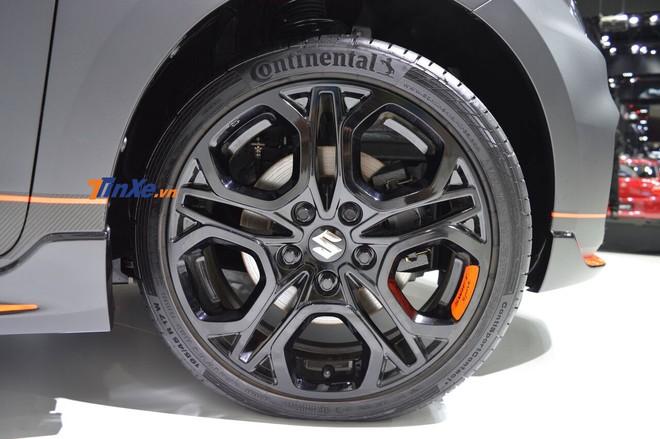 Bộ vành màu đen bóng của Suzuki Swift Sport Auto Salon Version