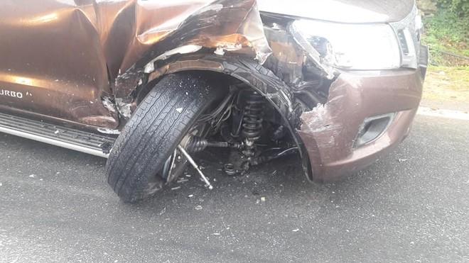 Trục trước của chiếc Nissan Navara đã bị gãy sau cú va chạm