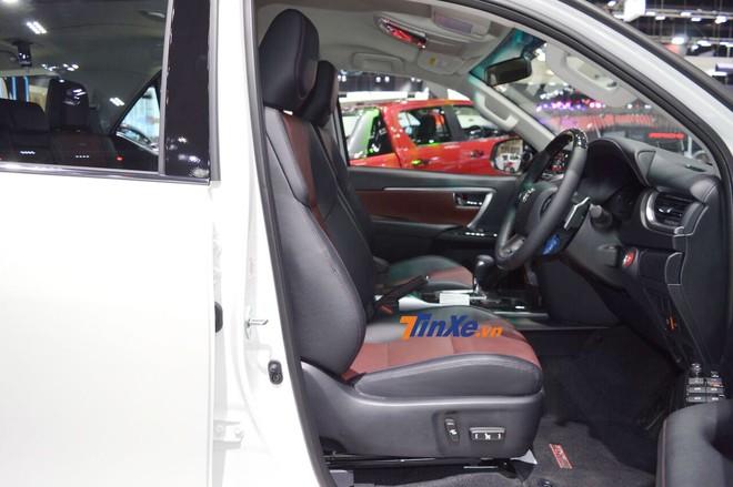 Nội thất bọc da tổng hợp màu đỏ phối đen của Toyota Fortuner TRD Sportivo 2