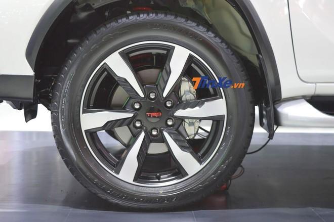 Cận cảnh bộ vành hợp kim 6 chấu của Toyota Fortuner TRD Sportivo 2
