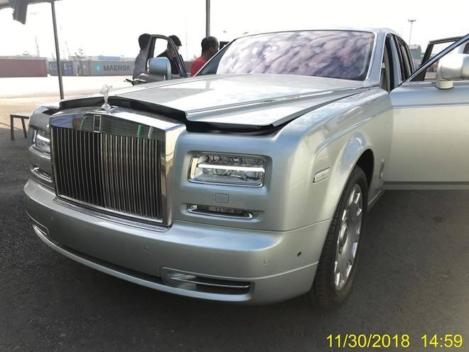 Rolls-Royce Phantom Series II mới cập cảng Hải Phòng có logo Spirit of Ecstasy bằng chất liệu polycarbonate trong suốt