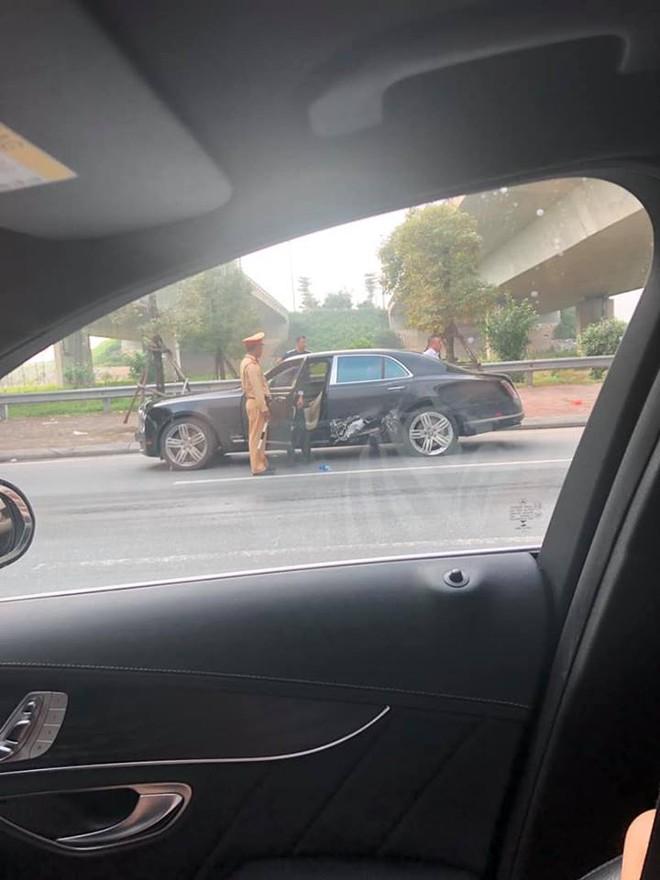 Cảnh sát giao thông nhanh chóng có mặt tại hiện trường vụ tai nạn liên hoàn để lấy lời khai của các nhân chứng