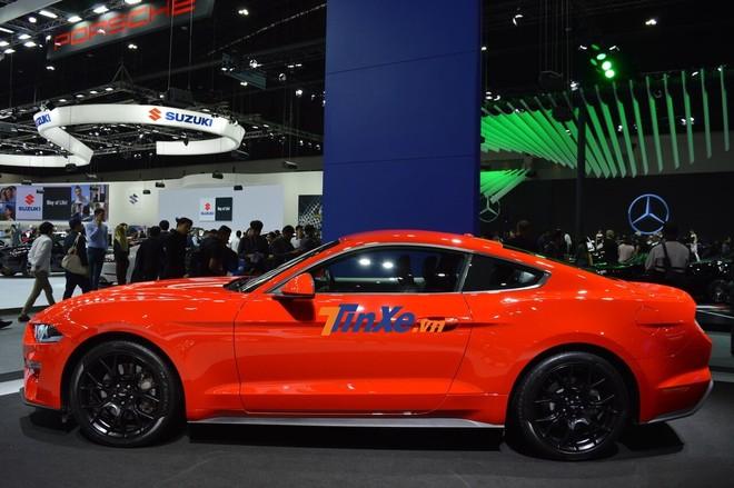 Ford Mustang đời 2019 đang được trưng bày tại Thái Lan sở hữu bộ áo cam nổi bật