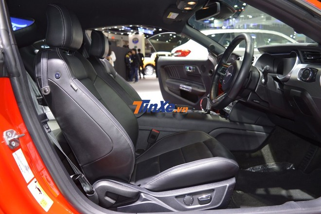 Bên trong khoang lái của Ford Mustang đời 2019 không có nhiều sự thay đổi